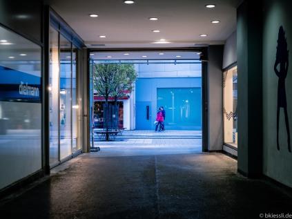 [EN] Pedestrians framed in the City.